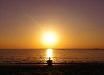 20080520132607-puesta-sol-hombre-sentado